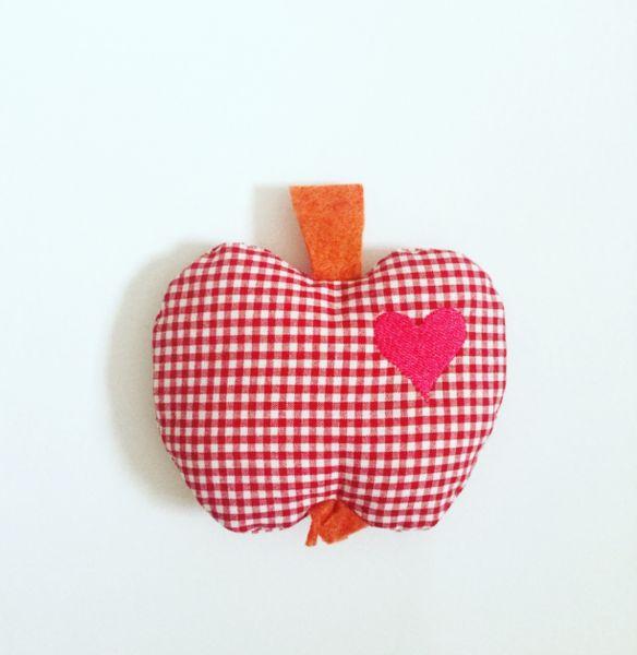 """Deko """"Apfel mit Herz"""" aus Baumwollstoff rot Karo"""